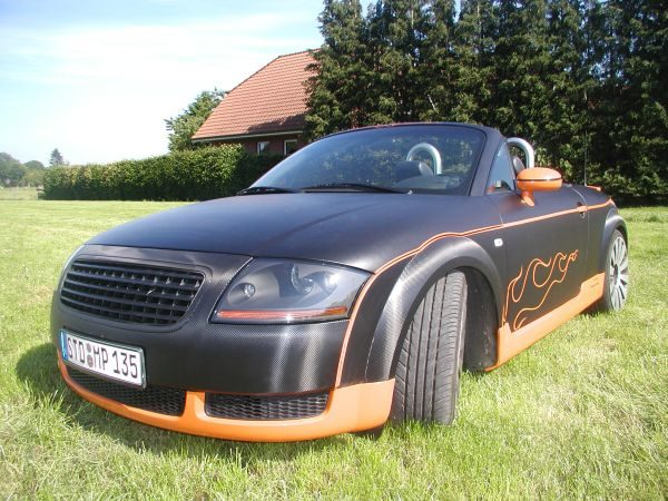 Audi TT in Carbon-Schwarz-Matt-Orange-Folie