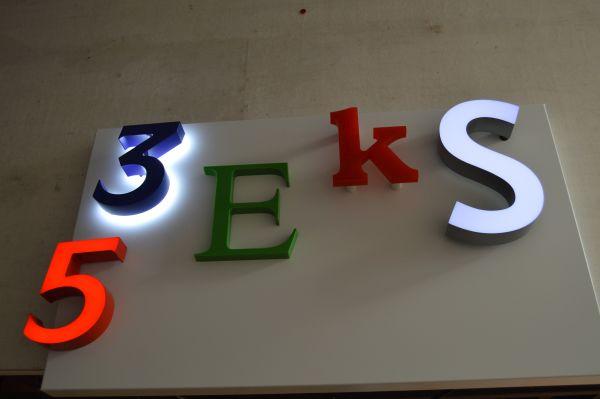 Buchstaben beleuchtet