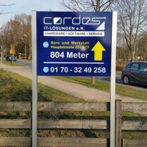 Cordes Firmenschild auf Aluverbund mehrfarbig beschriftet mit Aluminium halter