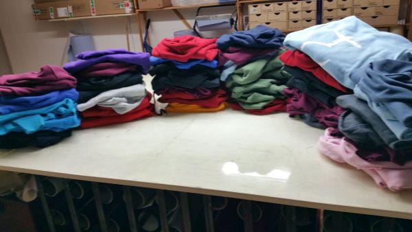 Sweatshirts mehrfarbig mit Flexdruck auf einem Tisch liegend