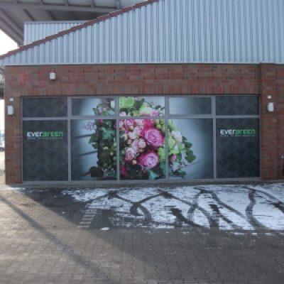 Schaufensterbeschriftung mit Digitaldruck Fotorealistisch Blumen von Evergreen