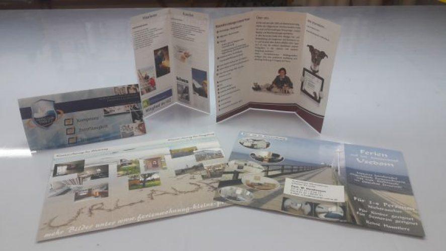 Falt-Flyer in unterschiedlichen Faltungen im Digitaldruck