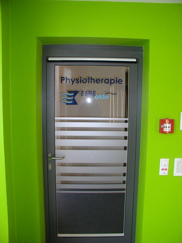 Glastür Mit Glasdekor und Logo Mehrfarbig