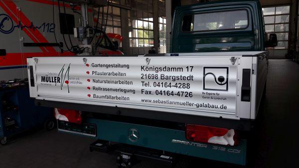 Sebastian Müller Heckbeschriftung auf gewellten Aluminium mehrfarbiges Logo mit Schrift