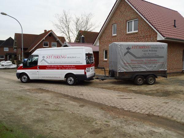 Stühring Transporter und Anhängerbeschriftung in Rot und Schwarz
