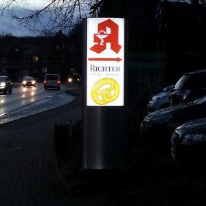 Stehle bei Nacht beleuchtet aus Aluminium und Weisen Plexiglas mit Folien Beschriftung