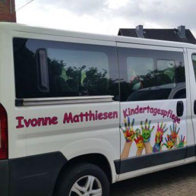 Tagespflege Matthiesen Mehrfarbige Beschriftung mit Kinderhänden Fotorealistisch und schrift