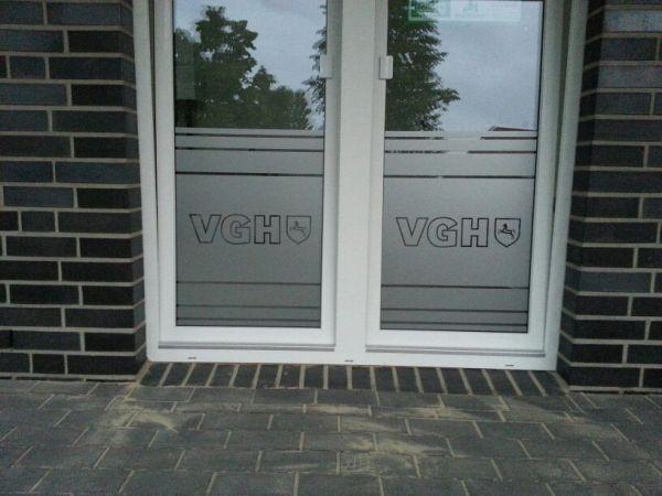 VGH Glasdekor mit logo und Streifen