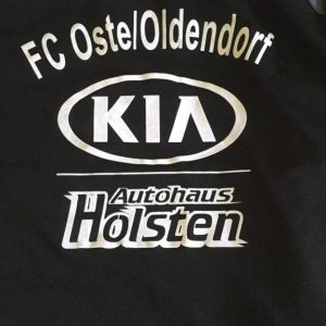 FC Oste Pullover Schwarz mit FC Oste / Oldendorf Schriftzug und Kia Autohaus Holsten bedruckt