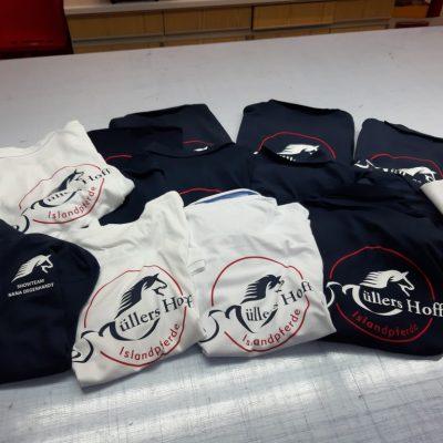 Müllers Hoff Tshirt in Blau und Weiß mit Logo bedruckt und Showteam Nana Degenhardt