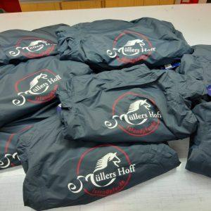 Müllers Hoff Islandpferde Jacken beschriftet in Rot und Weiß mit Logo Farven